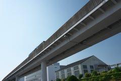 Un sistema de autobuses de vía guía o un busway dirigida, línea de Yutorito, pista cerca de la estación del ozono en Nagoya, Japó imagen de archivo libre de regalías