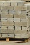Un sistema de bloques de cemento grises en un emplazamiento de la obra Imágenes de archivo libres de regalías