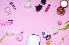 Un sistema de cosméticos femeninos, moda, estilo, accesorios, encanto, elegancia Endecha del plano de la visión superior Foto de archivo libre de regalías