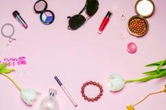 Un sistema de cosméticos femeninos, moda, estilo, accesorios, encanto, elegancia Endecha del plano de la visión superior Imagen de archivo