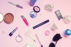 Un sistema de cosméticos femeninos, moda, estilo, accesorios, encanto, elegancia Endecha del plano de la visión superior Imágenes de archivo libres de regalías