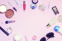 Un sistema de cosméticos femeninos, moda, estilo, accesorios, encanto, elegancia Endecha del plano de la visión superior Foto de archivo