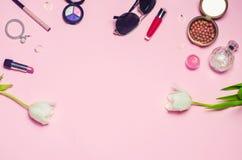 Un sistema de cosméticos femeninos, moda, estilo, accesorios, encanto, elegancia Endecha del plano de la visión superior Fotos de archivo libres de regalías