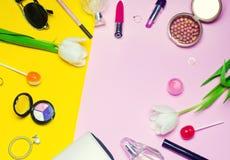 Un sistema de cosméticos femeninos, moda, estilo, accesorios, encanto, elegancia Visión superior Foto de archivo libre de regalías