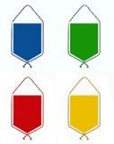 Un sistema de cuatro banderines o triángulos inusuales del color brillante señala o por medio de una bandera Foto de archivo libre de regalías