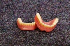 Un sistema de dentaduras que ponen en el piso Fotografía de archivo