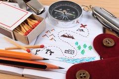 Un sistema de diverso equipo que acampa Boy scout con el sistema turístico del objeto que acampa Foto de archivo