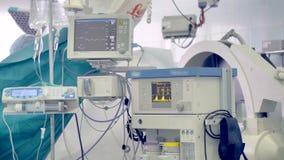 Un sistema de equipamiento médico que muestra a pacientes vitals y un bolso IV 4K metrajes