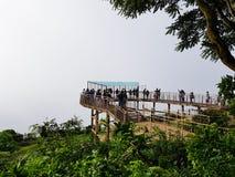 Un sistema de gente al azar que disfruta de la visión encima de Nandi Hills imagen de archivo