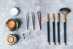 Un sistema de herramientas, de accesorios y del cosmético para el cuidado de las cejas en fondo gris Imagen de archivo libre de regalías