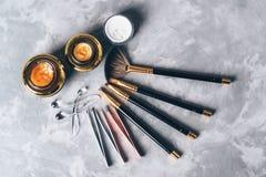Un sistema de herramientas, de accesorios y del cosmético para el cuidado de las cejas en fondo gris Imagenes de archivo