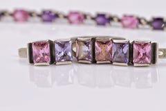 Un sistema de joyería de plata con las piedras de gema púrpuras Imagenes de archivo