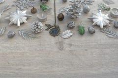 Un sistema de joyería para las mujeres en una bandeja de madera en la forma de un corazón Imagenes de archivo