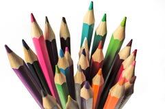 Un sistema de lápices coloreados en un primer de cristal de la visión superior en el fondo blanco Fotografía de archivo