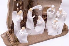 Un sistema de la natividad que representaba a los tres hombres sabios que visitaban a Jesús fijó contra un fondo blanco limpio imagen de archivo libre de regalías