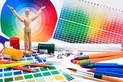 Un sistema de las herramientas para el trabajo de arte creativo con la guía de la paleta coloreada del extracto Foto de archivo libre de regalías