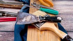 Un sistema de las herramientas para la reparación en un fondo de madera Imagen de archivo