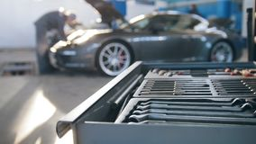 Un sistema de las herramientas para la reparación en servicio del coche en deporte de lujo delantero metrajes