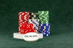 Un sistema de los accesorios para el póker en el paño verde Imagenes de archivo