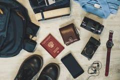 Un sistema de los accesorios para el viaje en un fondo de madera Endecha plana Fotos de archivo libres de regalías