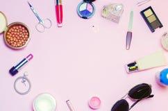 Un sistema de los cosméticos femeninos, accesorios encanto, elegancia del estilo de la moda Visión superior Imagen de archivo libre de regalías