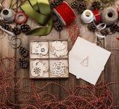 Un sistema de los diversos juguetes de madera de la Navidad para el árbol de navidad miente en la caja abierta de la madera contr fotografía de archivo libre de regalías