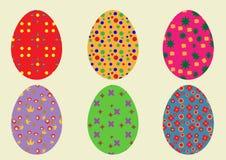 Un sistema de los huevos de Pascua coloreados con un modelo de seis pedazos en un w Foto de archivo