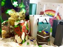 Un sistema de los paquetes para los regalos, los bolsos y las cajas para los regalos Empaquetado del color Colores brillantes foto de archivo libre de regalías