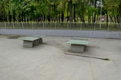 Un sistema de los tenis de mesa hecho del material concreto en el parque del norte popular, distrito de Vrabnitsa Imagen de archivo libre de regalías