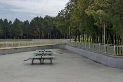 Un sistema de los tenis de mesa hecho del material concreto en el parque del norte popular, distrito de Vrabnitsa Imagen de archivo