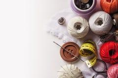 Un sistema de objetos usados para la costura de la mano Imagen de archivo libre de regalías