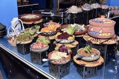 Un sistema de platos decorativos de la cerámica fotos de archivo