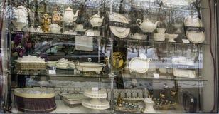 un sistema de platos hermosos en la ventana de una tienda foto de archivo