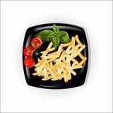 Un sistema de productos, de patatas fritas y de tomates con una albahaca Imagenes de archivo