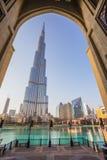 Un sistema de récord de la fuente fijó en Burj Khalifa Lake Imágenes de archivo libres de regalías