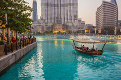 Un sistema de récord de la fuente fijó en Burj Khalifa Lake Imagenes de archivo