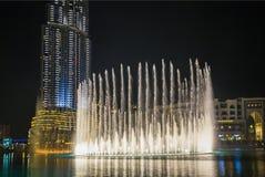 Un sistema de récord de la fuente fijó en Burj Khalifa Lake Fotos de archivo