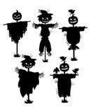 Un sistema de siluetas de espantapájaros Colección de siluetas negras rellenas con la cabeza de la calabaza Fije para Halloween m ilustración del vector
