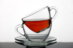 Un sistema de tazas de té vertió té negro Imágenes de archivo libres de regalías