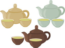 Un sistema de tazas de té y de tetera en un fondo blanco Foto de archivo