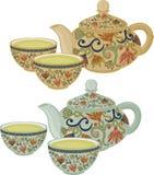 Un sistema de tazas de té y de tetera en un fondo blanco Imagen de archivo