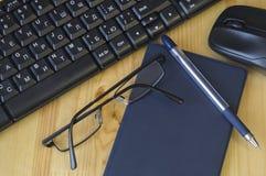 Un sistema de temas de una persona que estudia o que trabaja en un ordenador imagenes de archivo