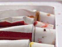 Un sistema de tubos usados de pinturas en un cierre de la caja para arriba Imagenes de archivo