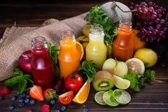 Un sistema de verduras frescas del colorfull y de zumo de frutas en vidrios imagen de archivo libre de regalías