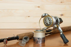 Un sistema del pescador en un fondo de madera Imagen de archivo