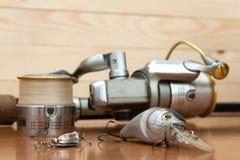 Un sistema del pescador en un fondo de madera Foto de archivo libre de regalías