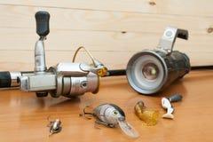Un sistema del pescador en un fondo de madera Fotos de archivo