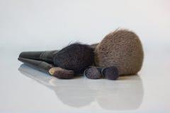 Un sistema del primer de cepillos profesionales del maquillaje con una reflexión Foto de archivo libre de regalías
