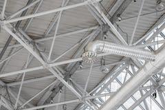 Un sistema di ventilazione convoglia nell'ambito del soffitto dello stadio Fotografie Stock Libere da Diritti