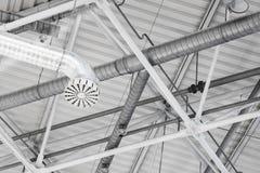 Un sistema di ventilazione convoglia nell'ambito del soffitto dello stadio Fotografia Stock Libera da Diritti